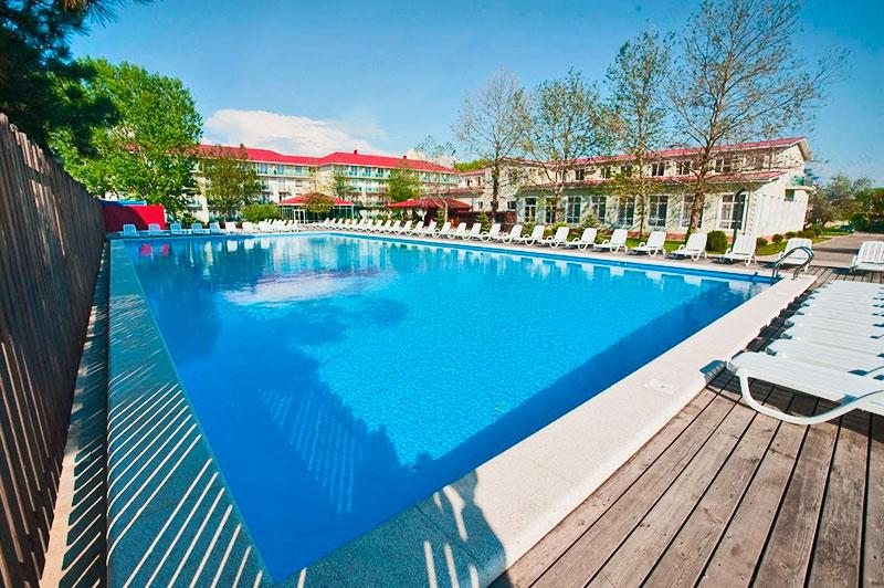Отели сукко с бассейном и детской площадкой
